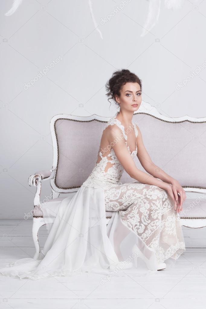 4b723116910149 Mooie jonge bruid in een luxe kant trouwjurk — Stockfoto ...