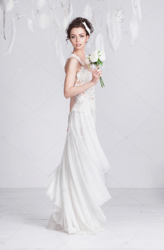 b3005a08250726 Lang en slank jonge bruid in een luxe kant trouwjurk — Stockfoto ...