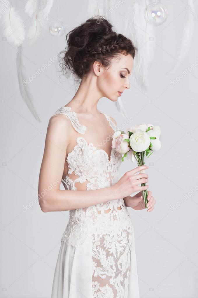 c6a471abbfb290 Portret van de jonge dark-haired bruid in een luxe kant trouwjurk —  Stockfoto