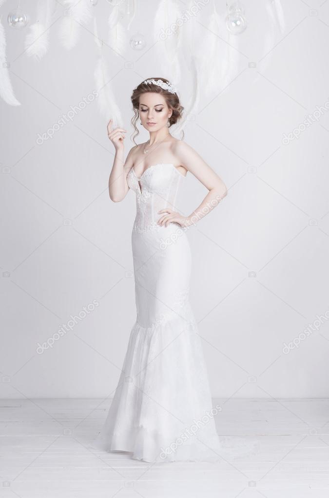 52d6528c461a9e Prachtige jonge en dromerige bruid in een lang luxe kant trouwjurk —  Stockfoto