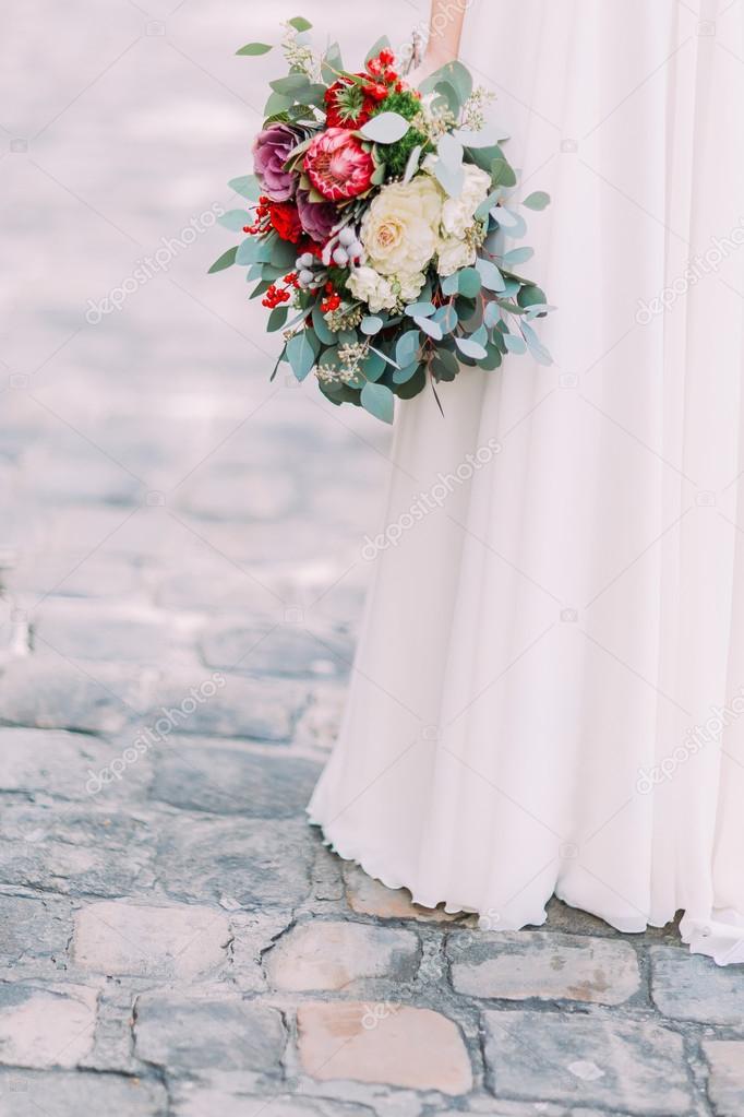 Charmante Braut Halt Schone Hochzeitsstrauss Pfingstrosen Und Rosen