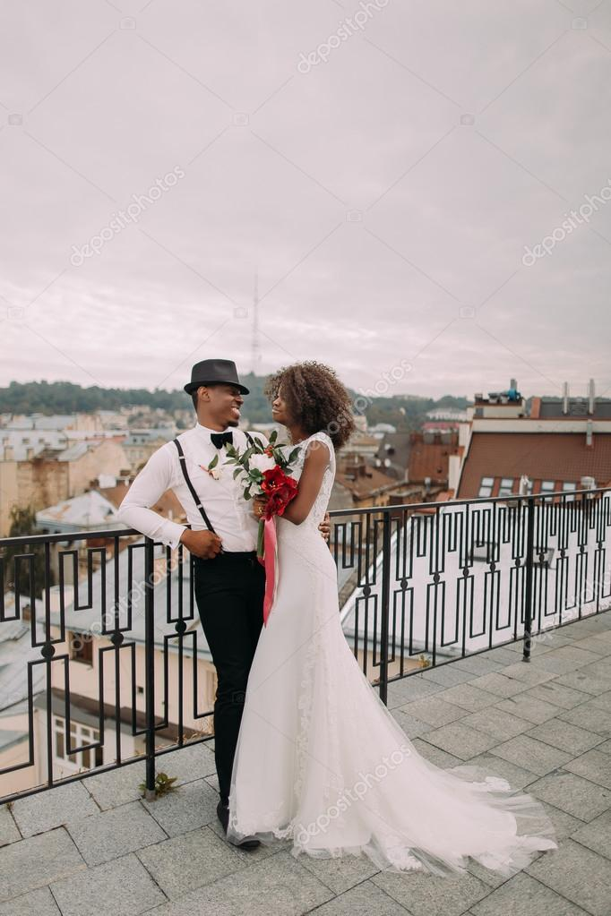 https://st2.depositphotos.com/6217072/10175/i/950/depositphotos_101754968-stock-photo-beautiful-african-wedding-couple-lovingly.jpg