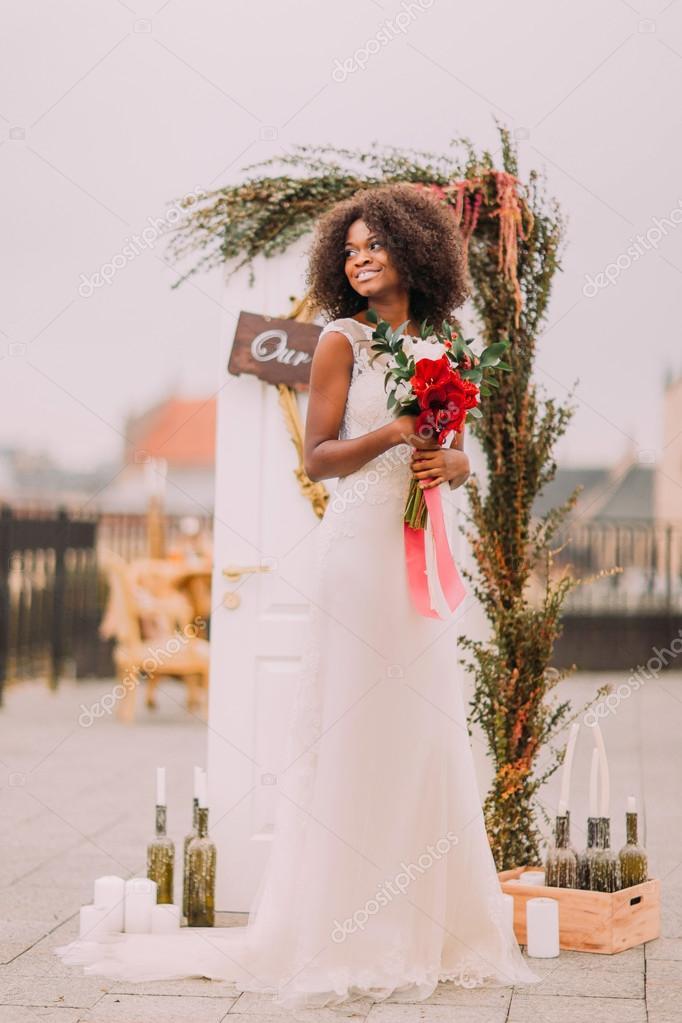 Encantadora novia negra pensativo mira intj el cielo en la