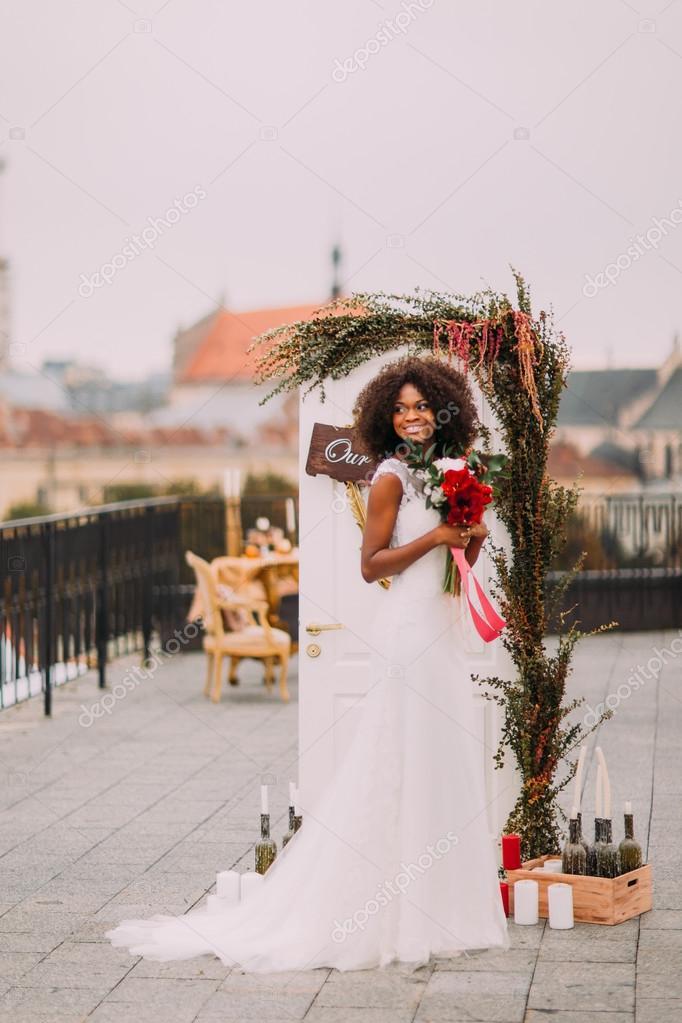 Elegante Novia Africana En Vestido De Encaje Vintage Blanco