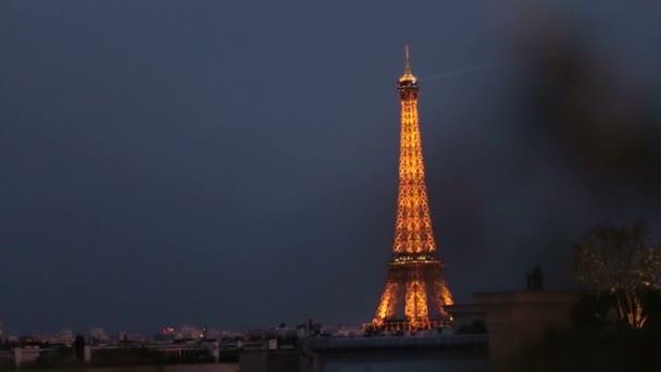 Lesklé žluté Eiffelova věž v noci. Romantická Paříž panoráma