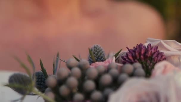 Krásné hnědé oči nevěsta s kyticí fialové zblízka