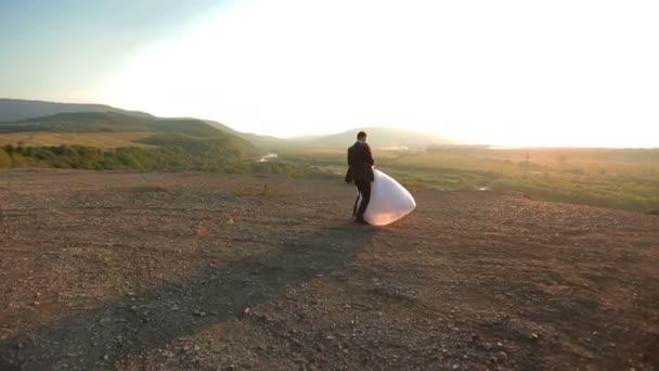 Okouzlující Svatební pár obejme a bavit se na vrcholu hory