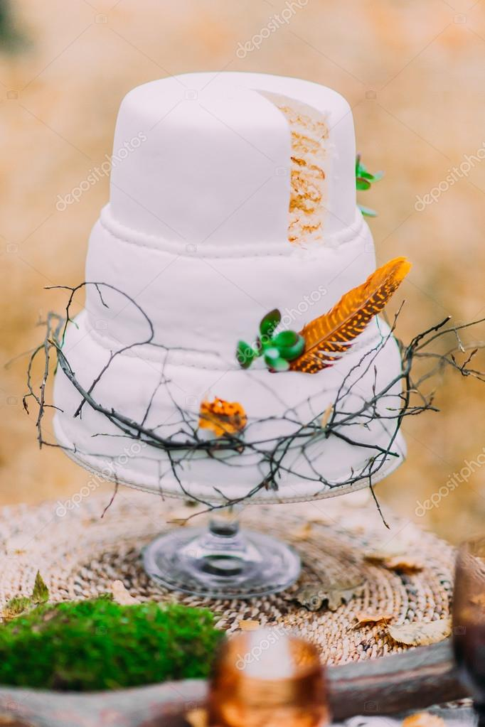 Schone Hochzeitstorte Mit Federn Geschmuckt Herbstliche Wald