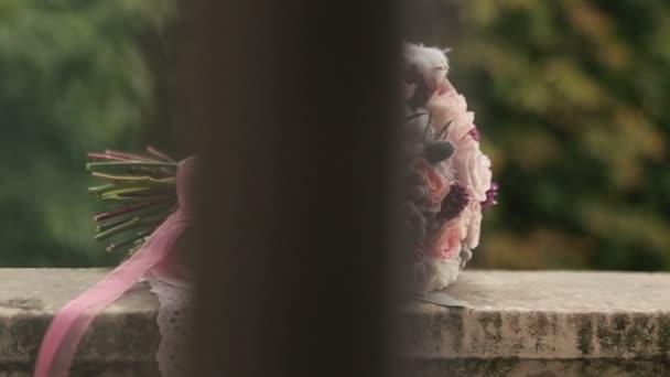 Luxusní svatební kytice s růžovými stužkami zblízka