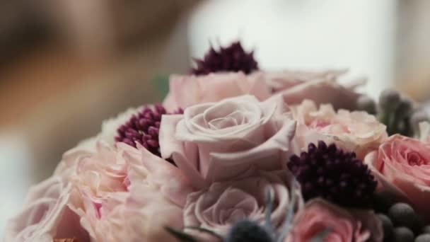 Svatební kytice růží růžové a fialové zblízka