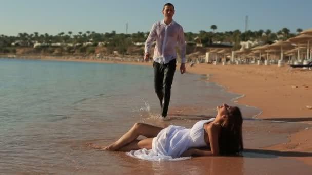 Nevěsta a ženich sexuálně líbání na pláži. Líbánky v Egyptě