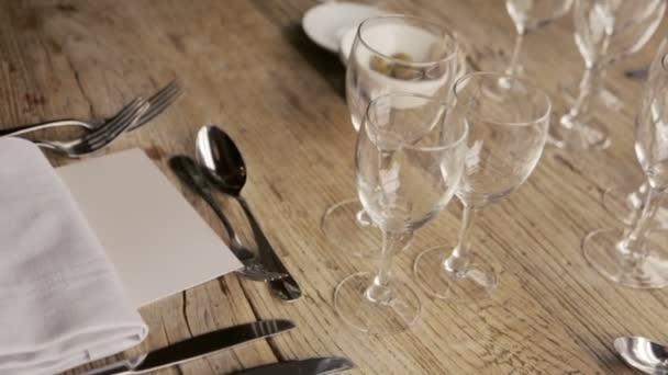 Svatební stůl s brýlemi a květiny. Svatba v Paříži