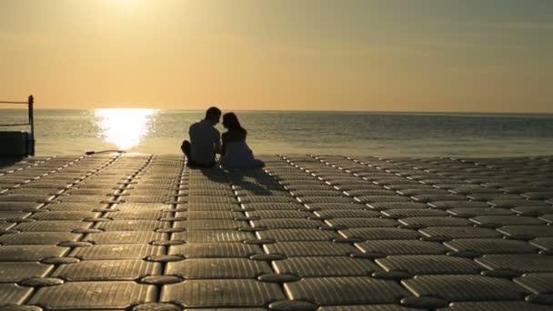 Siluety okouzlující Svatební pár líbání na západ slunce v Egyptě