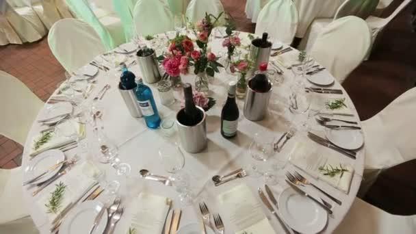 Svatební stůl s drahý alkohol na něm. Svatební hostina