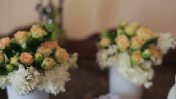 Fehér kerámia angyalok csók háttér virágokat ül
