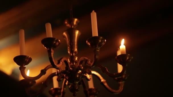 Kroonluchter Voor Kaarsen.Oude Vintage Kroonluchter Met Kaarsen Branden In Het Donker