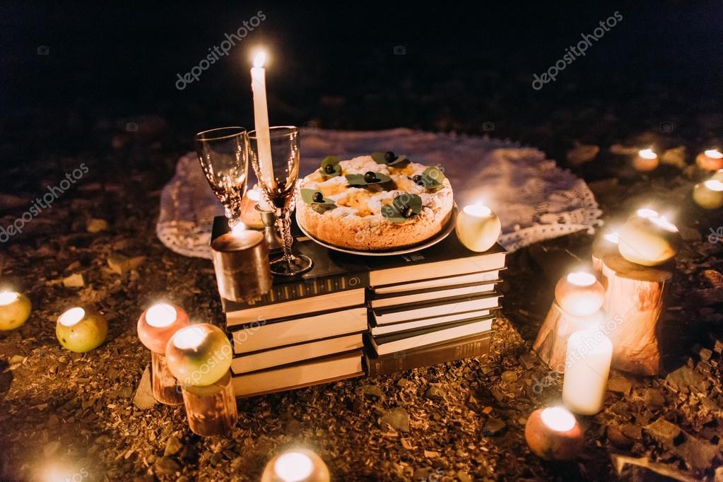 Cena rom ntica con velas pastel y copas de vino en la costa contra la noche maravillosa foto - Cena romantica con velas ...