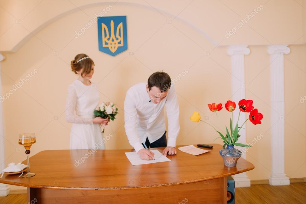 Ufficio Di Registro : Sposo bello sorridente certificato di matrimonio alla cerimonia in