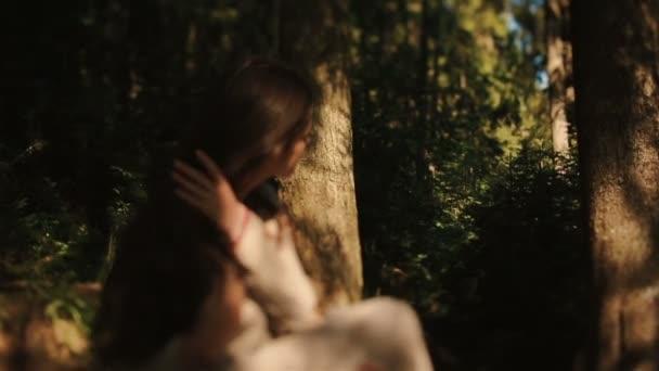 Mladý karpatský krajan špehuje krásnou lesní nymfu, zatímco si česá copánky. Magický milostný příběh v Karpatských horách