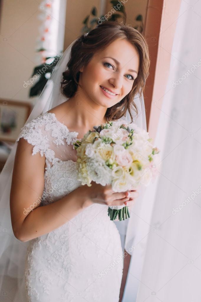 Joven Hermosa Novia Soñar Con Vestido Blanco Con Flores