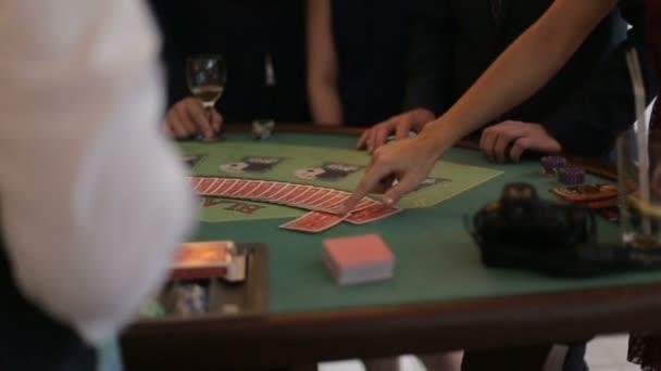 Hráči v luxusní kasino. Riskantní hra