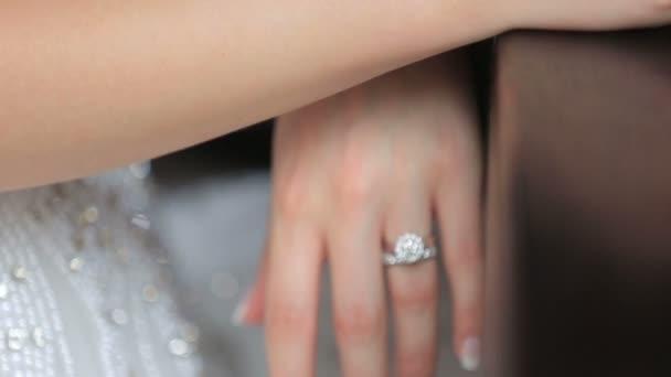 Šťastný ženich a nevěsta rukou s zlaté snubní prsteny zblízka. Něžné chvíli