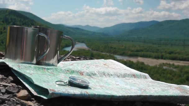Egyszerű kerek iránytű két csésze zúzott kövek backgrounded által fenséges völgyre és papír domborzati térképe