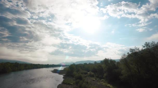Toku řeky poblíž řeky oblázky s forest hills a vzdálenou velmocí Poláci na pozadí