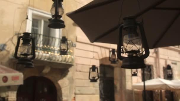 Letní street Cafe exteriéru s vintage lucerny v zaměření