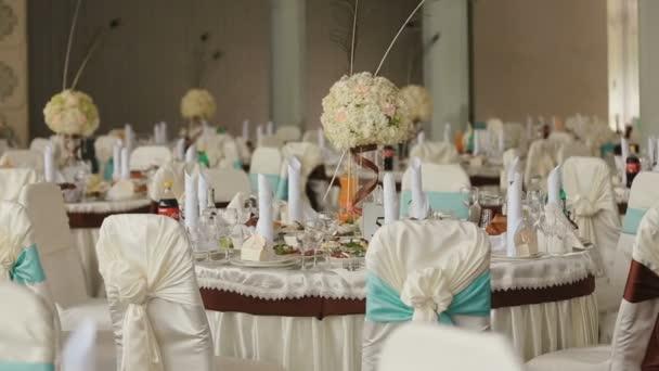 Zdobené svatební síň pro oslavu. Banketové stoly, plný různých jídel a připravené pro událost