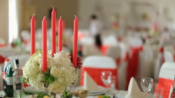 Vintage tabulka s růží, rustikální nádobí a příbory na bílém pozadí, detail