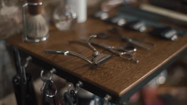 Holič nástroje. Pohled shora holičství příslušenství nástrojů a muži ležící na dřevo zrno