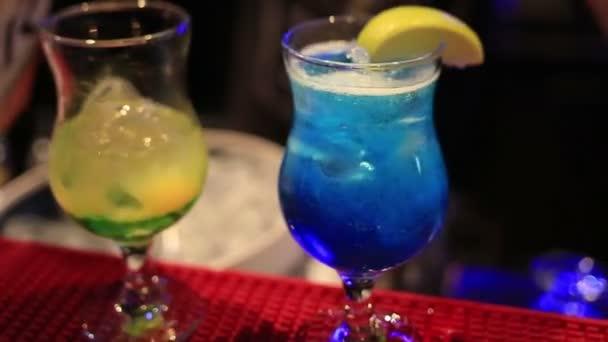 Barmann Vorbereitung zwei bunte exotische Cocktails in Nachtclub