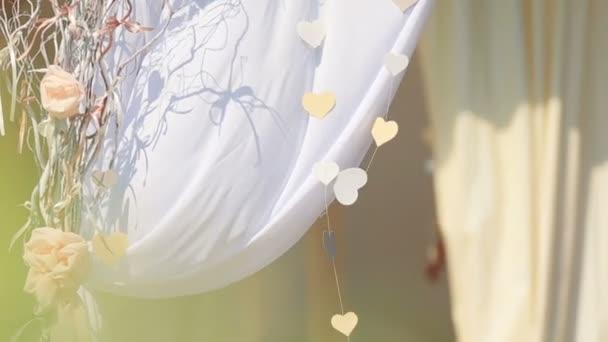 Krásná dekorace svatební oblouk na dvorku trávníku