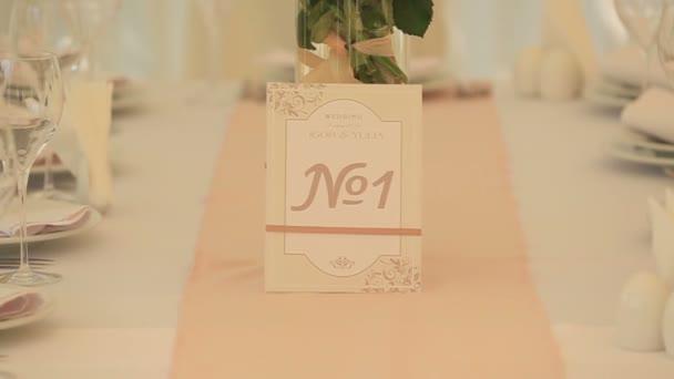 Detail luxusní svatební sada. Recepce číslo s brýlemi a desek na bílý ubrus