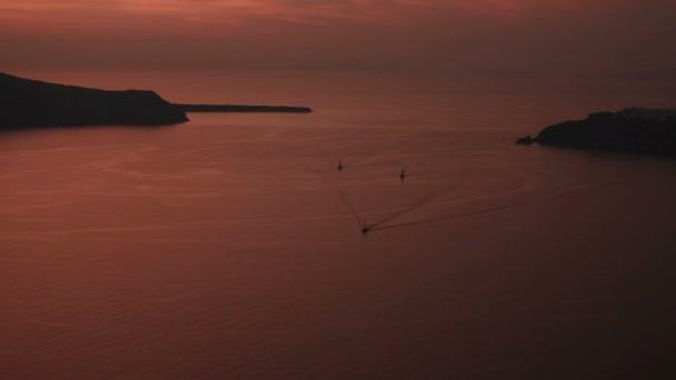 Fantastická krajina romantický západ slunce v Santorini island s plavby lodí