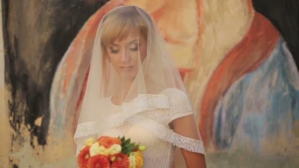 Okouzlující nevěsta závoj s oči zavřené a kytice chryzantém zblízka