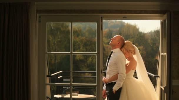 Řízení, zahrnující krásné nevěsty a pohledný ženich na balkóně. Líbánky koncept