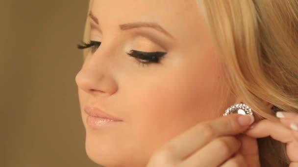 Portrét krásné blond ženy s elegantní make-up a nosí lesklé diamond náušnice