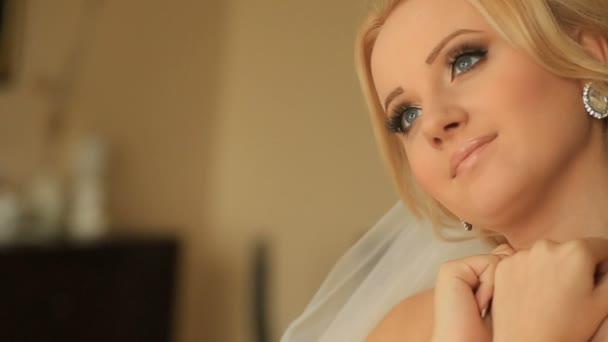 Detail zasněný tvář půvabné nevěsty s elegantní make-up nosí lesklé diamond náušnice