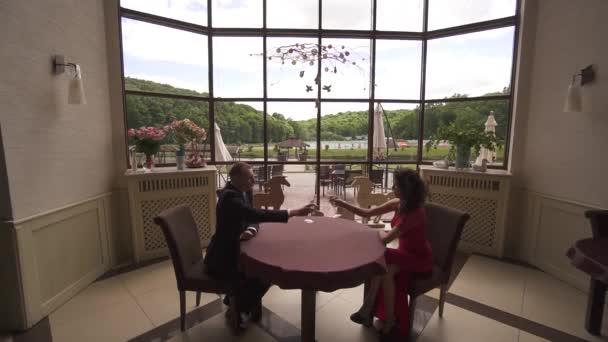 Stilvolle wohlhabenden paar in Liebe Toasten mit Champagner in einem restaurant.