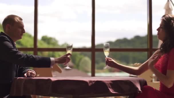Stilvolle wohlhabenden paar in Liebe Toasten mit Champagner in einem Luxusrestaurant