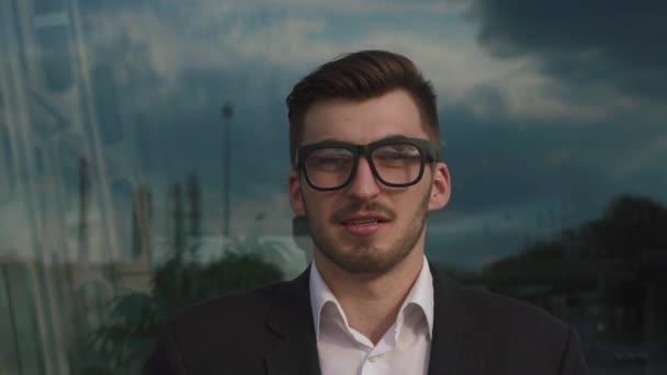 Detail tváře jistý pohledný elegantní podnikatele na kamera v brýlích. Venkovní letiště pozadí, obchodní koncepce