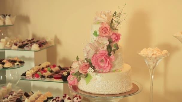 Krásně zdobené bílé svatební dort na raut