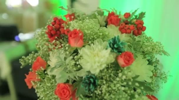 Krásné květinové kytice na luxusní strany stolu. Extrémní detail