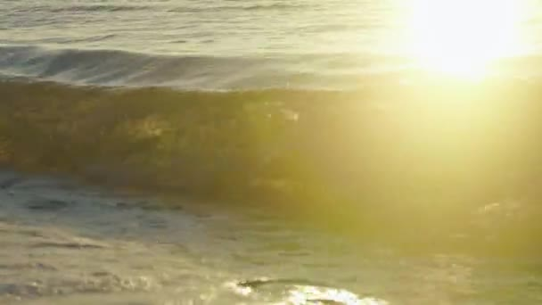 Tengeri hullámok mosás homok beach napnyugtakor. Pihentető surf kép