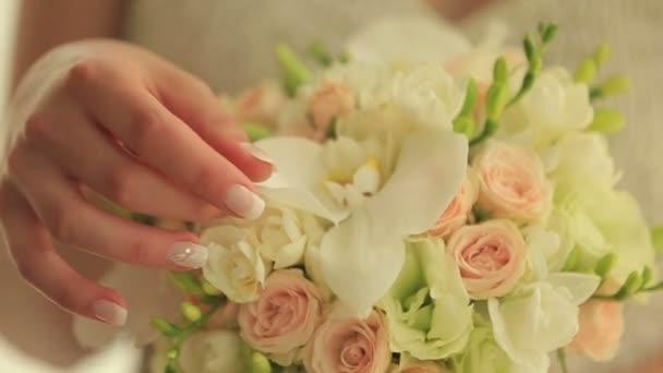 Krásná nevěsta drží roztomilou svatební kytici. Krása barevných květin. Banda květin. Svatební vybavení. Ženská dekorace pro dívku.