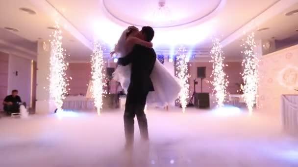 První tanec Romantický okouzlující svatební pár v luxusní restauraci