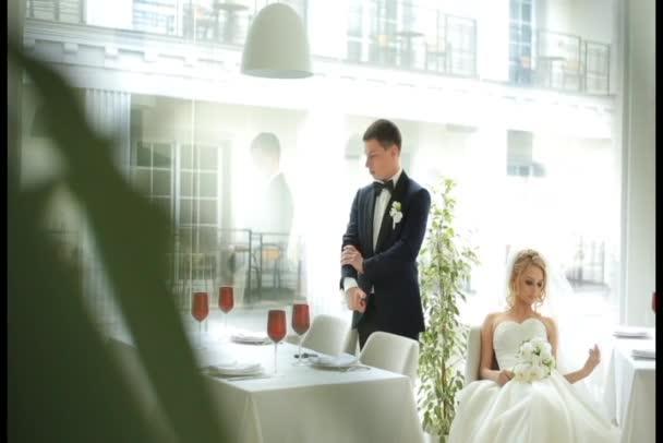 Atraktivní nevěsty a ženicha na jejich svatební oslavu v panoramatické restauraci luxusní