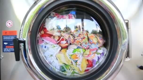 Pračka pere prádlo barevné oblečení a povlečení